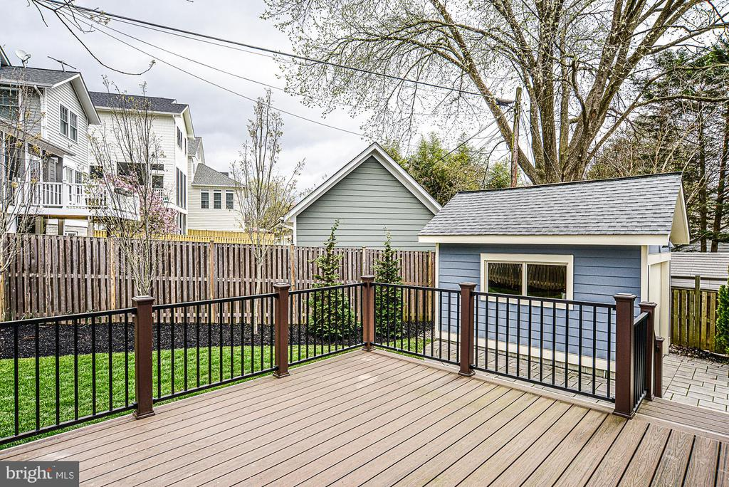Large TREX deck is perfect for summertime grilling - 231 N EDGEWOOD ST, ARLINGTON