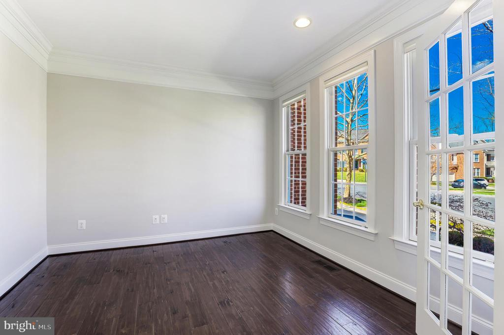 Large windows letting a lot of natural light in - 43965 RIVERPOINT DR, LEESBURG