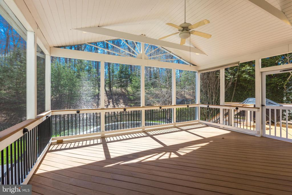 Expansive Screened-in porch and deck - 43965 RIVERPOINT DR, LEESBURG