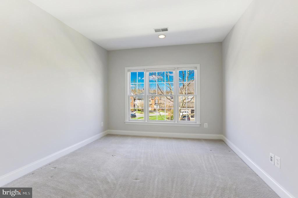 Four comfortable bedrooms on level - 43965 RIVERPOINT DR, LEESBURG