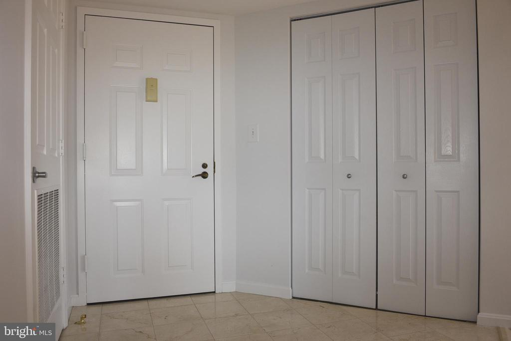 Foyer, entire home freshly painted - 2151 JAMIESON AVE #1903, ALEXANDRIA
