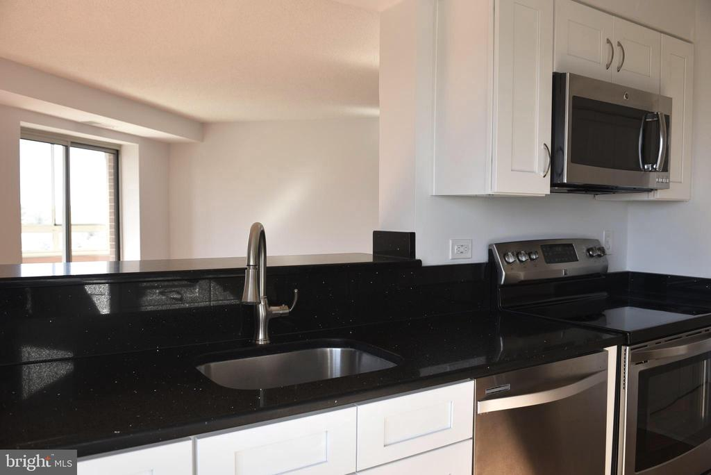 Kitchen is open to the dining and living room - 2151 JAMIESON AVE #1903, ALEXANDRIA