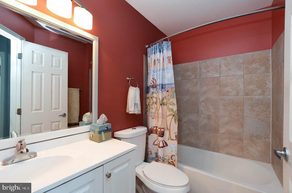 Upper level full bathroom - 191 CONNERY TER SW, LEESBURG
