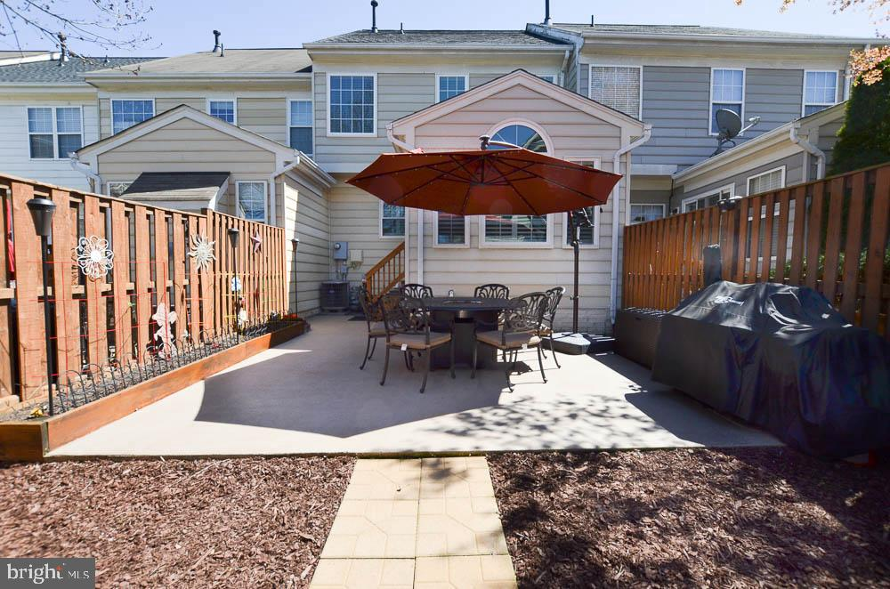 Large backyard with raised  beds - 191 CONNERY TER SW, LEESBURG