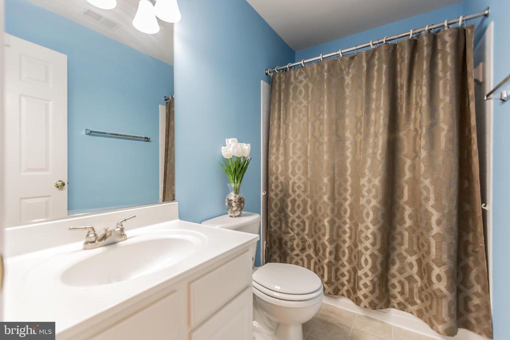 Upstairs Bathroom! - 9648 SAYBROOKE DR, BRISTOW