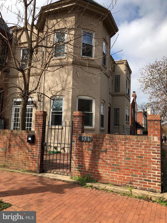Side entrance to the basement level - 656 9TH ST NE, WASHINGTON