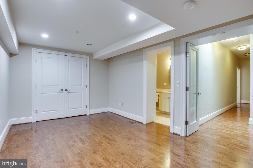 2nd-ensuite, huge closet, bathroom - 1830 JEFFERSON PL NW #8, WASHINGTON