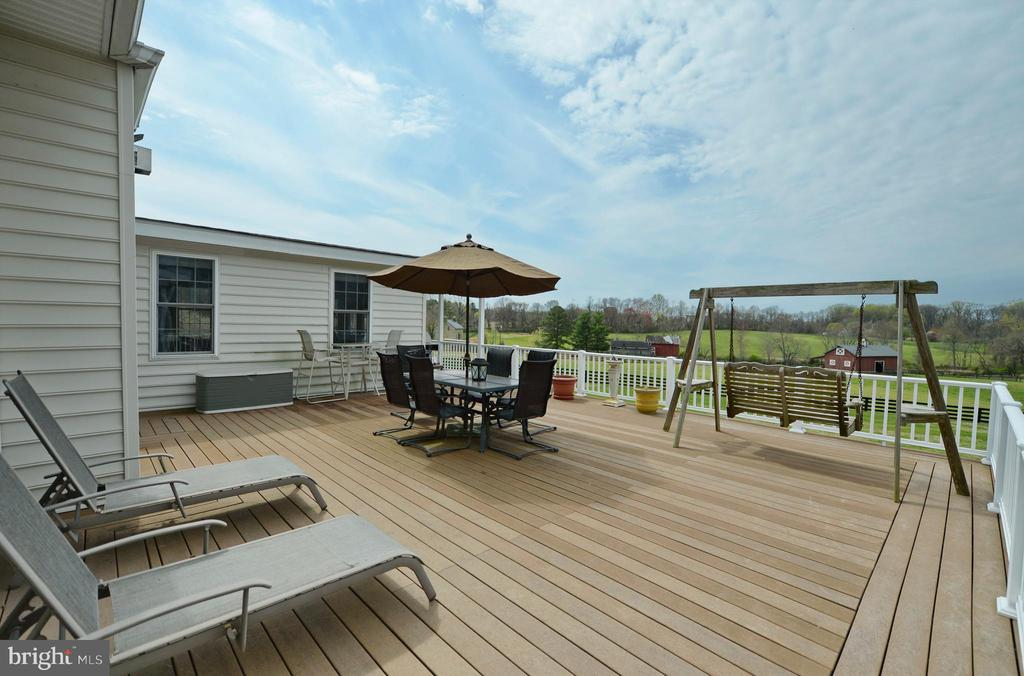 Expansive deck for relaxing & entertaining - 40319 CHARLES TOWN PIKE, HAMILTON