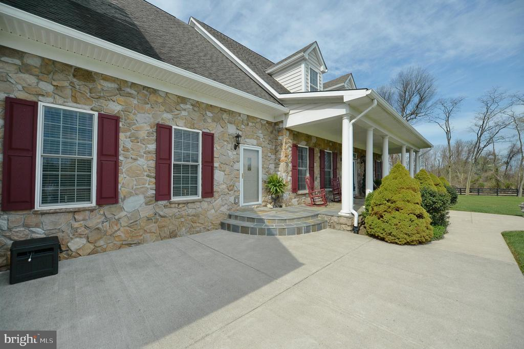 Front patio with separate door to huge office - 40319 CHARLES TOWN PIKE, HAMILTON