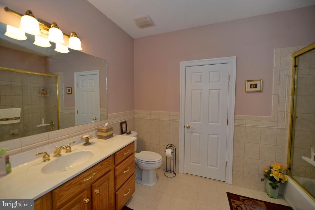 Upper level hall bathroom - 40319 CHARLES TOWN PIKE, HAMILTON