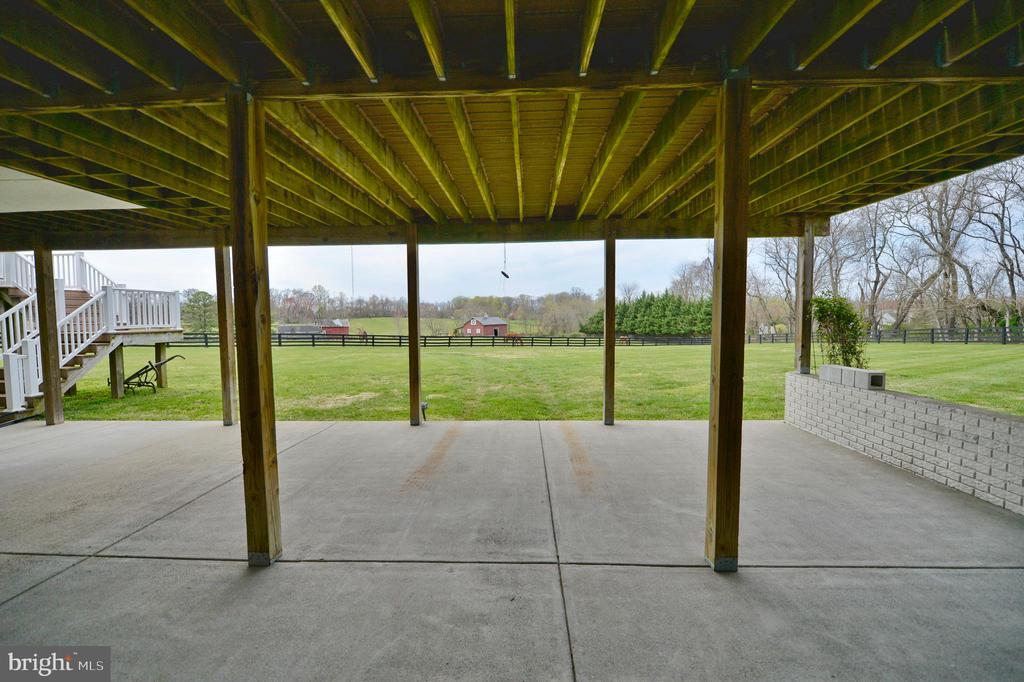 Private lower level covered patio - 40319 CHARLES TOWN PIKE, HAMILTON