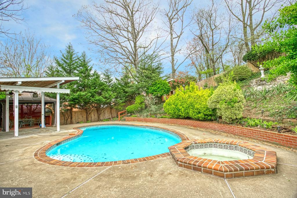 Pool and jacuzzi - 6008 5TH RD N, ARLINGTON
