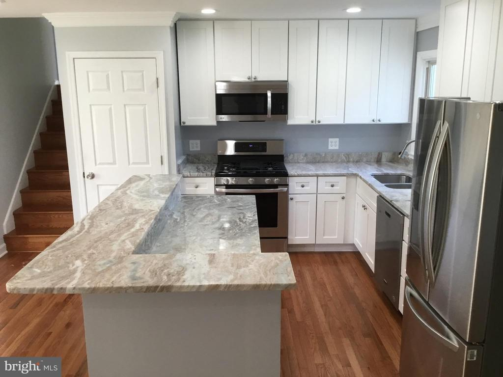 L shaped kitchen island - 652 ALABAMA DR, HERNDON