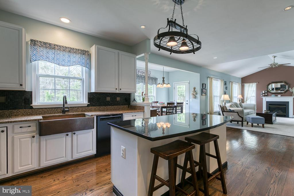 Kitchen/family room combo great for entertaining! - 149 SUMMER BREEZE LN, FREDERICKSBURG