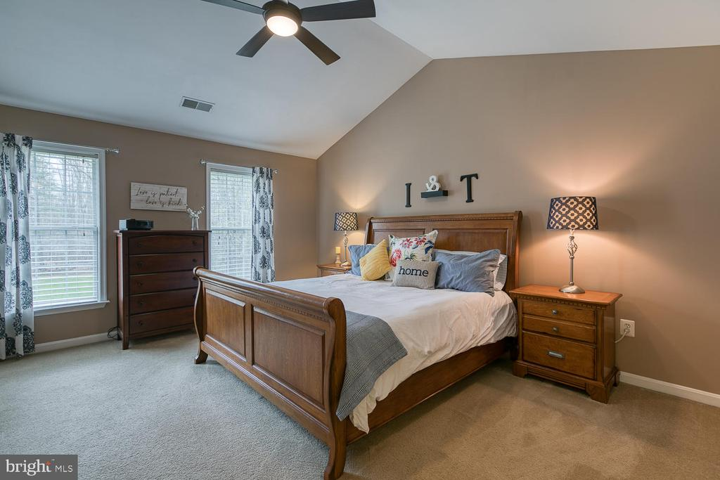 Master bedroom with cathedral ceiling - 149 SUMMER BREEZE LN, FREDERICKSBURG