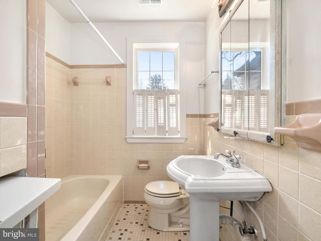 Upper Hallway Full Bath - 4207 STANFORD ST, CHEVY CHASE