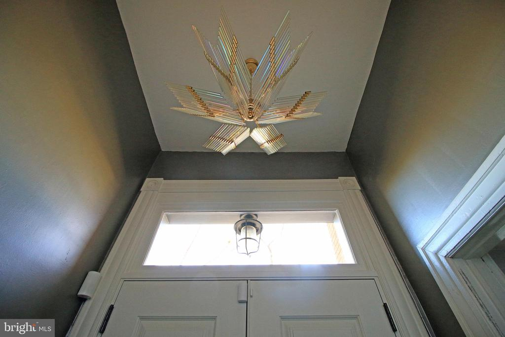 Handsome iridescent glass chandelier in entry hall - 601 NORTH CAROLINA AVE SE, WASHINGTON