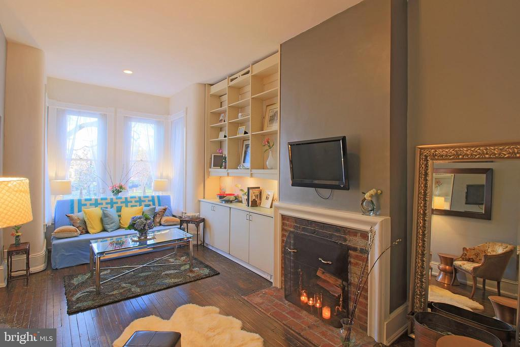 Living room with a fully functional wood fireplace - 601 NORTH CAROLINA AVE SE, WASHINGTON