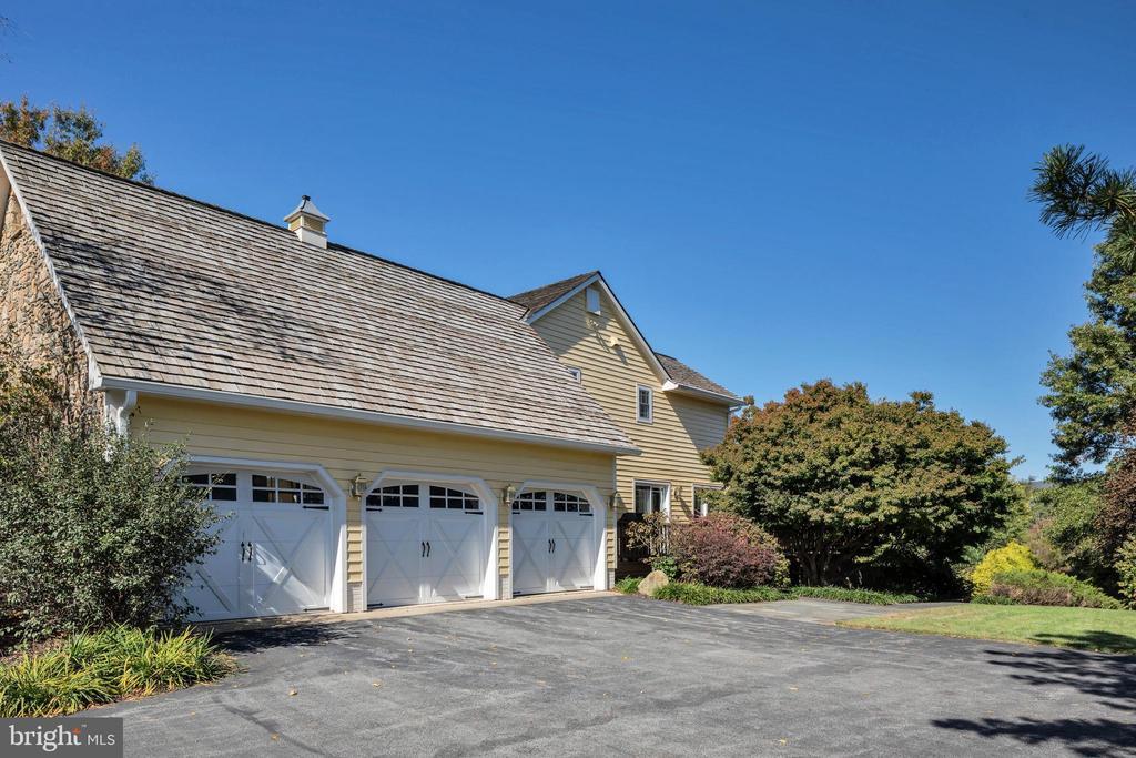 3 car oversized attached garage - 34332 BRIDGESTONE LN, BLUEMONT