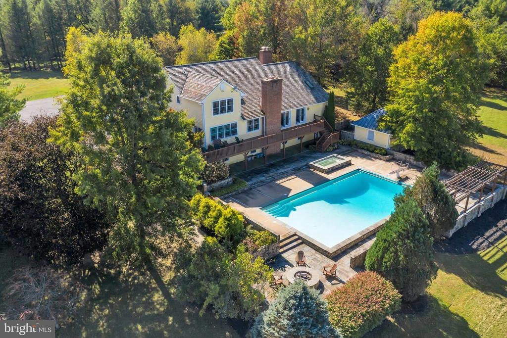 Entire pool area contained with stone walls - 34332 BRIDGESTONE LN, BLUEMONT