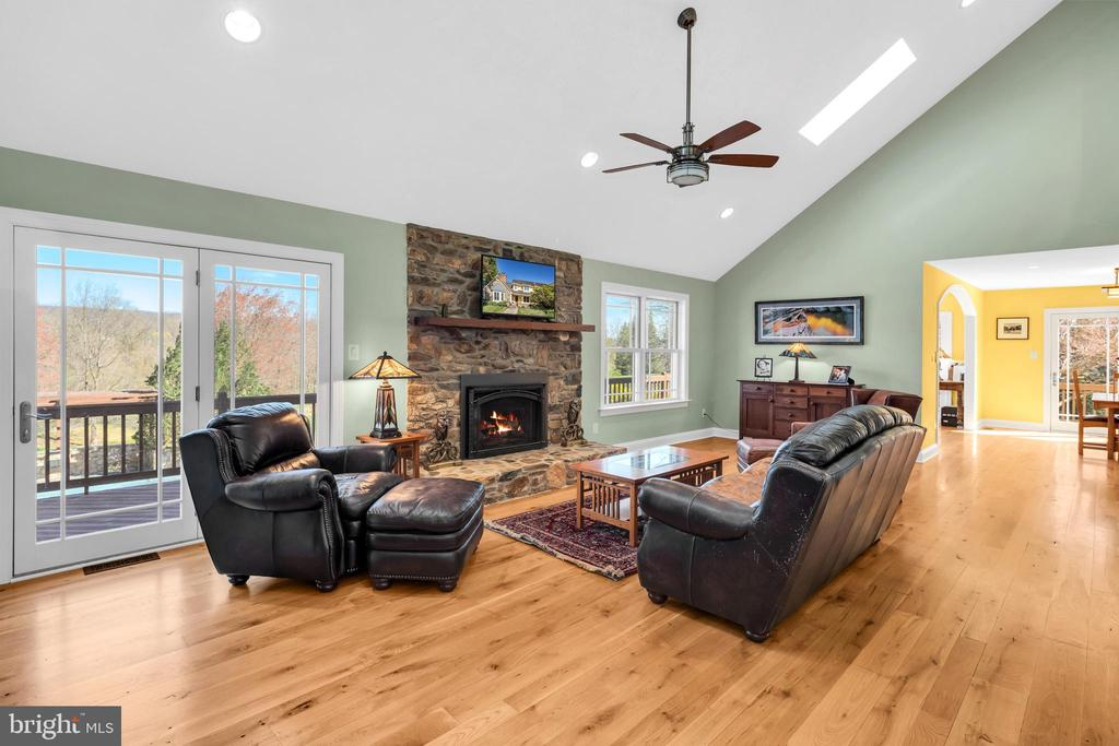 Bonded to the outdoor splendor from every space - 34332 BRIDGESTONE LN, BLUEMONT