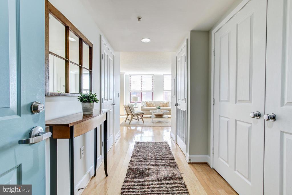View of the foyer  from the front door. - 1205 N GARFIELD ST #804, ARLINGTON