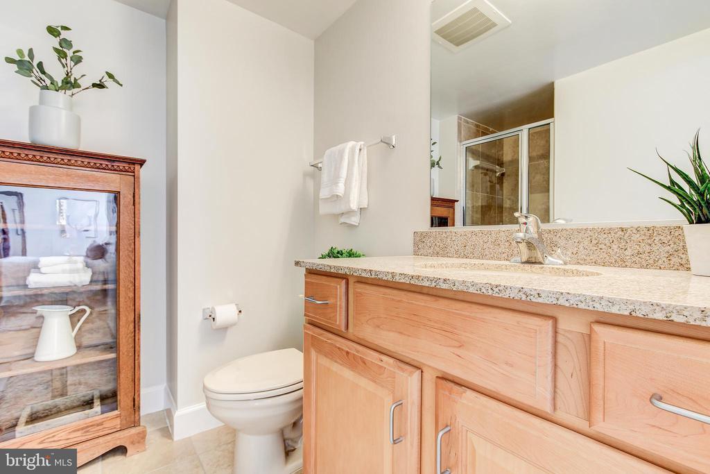 En suite bath to bedroom 2 - 1205 N GARFIELD ST #804, ARLINGTON