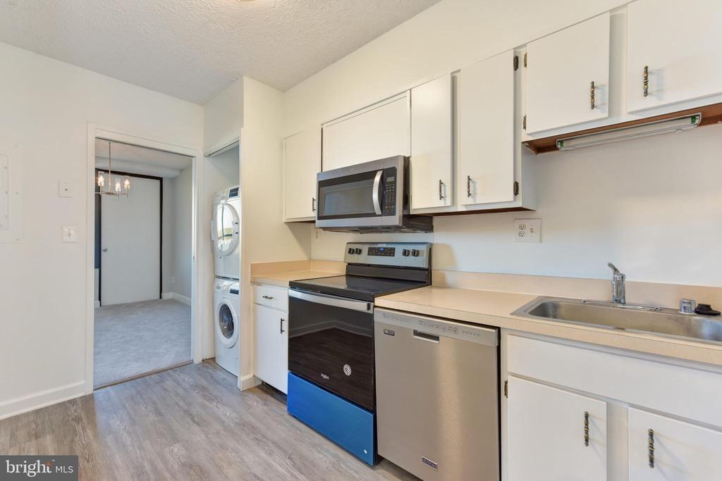 New stove & microwave for your home-cooked meals - 5500 HOLMES RUN PKWY #1210, ALEXANDRIA
