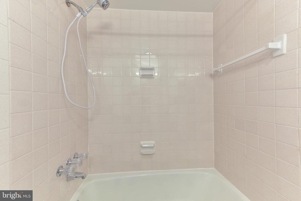 Master bath ceramic shower - 5500 HOLMES RUN PKWY #1210, ALEXANDRIA