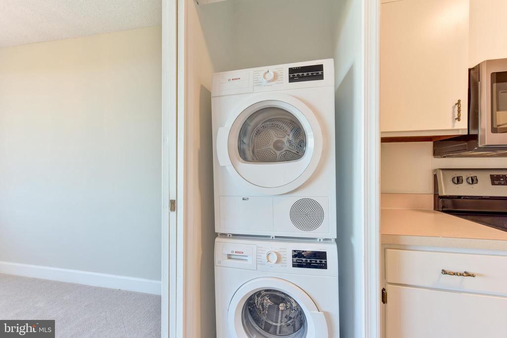 Energy efficient kitchen Bosch washer & dryer - 5500 HOLMES RUN PKWY #1210, ALEXANDRIA