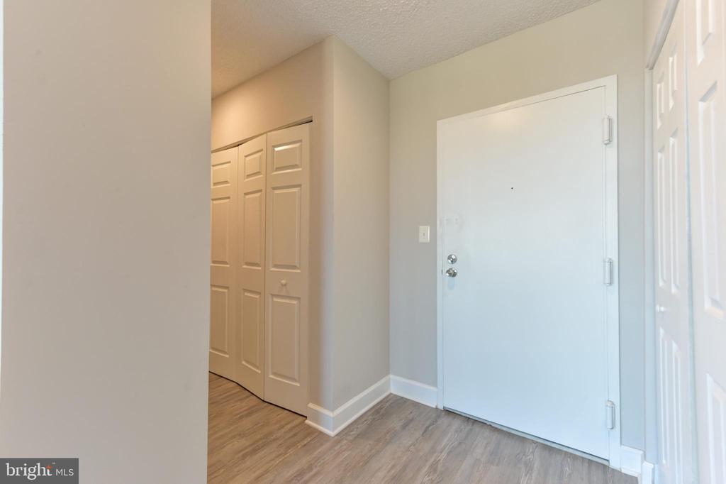 Welcome visitors in this freshly renovated foyer - 5500 HOLMES RUN PKWY #1210, ALEXANDRIA