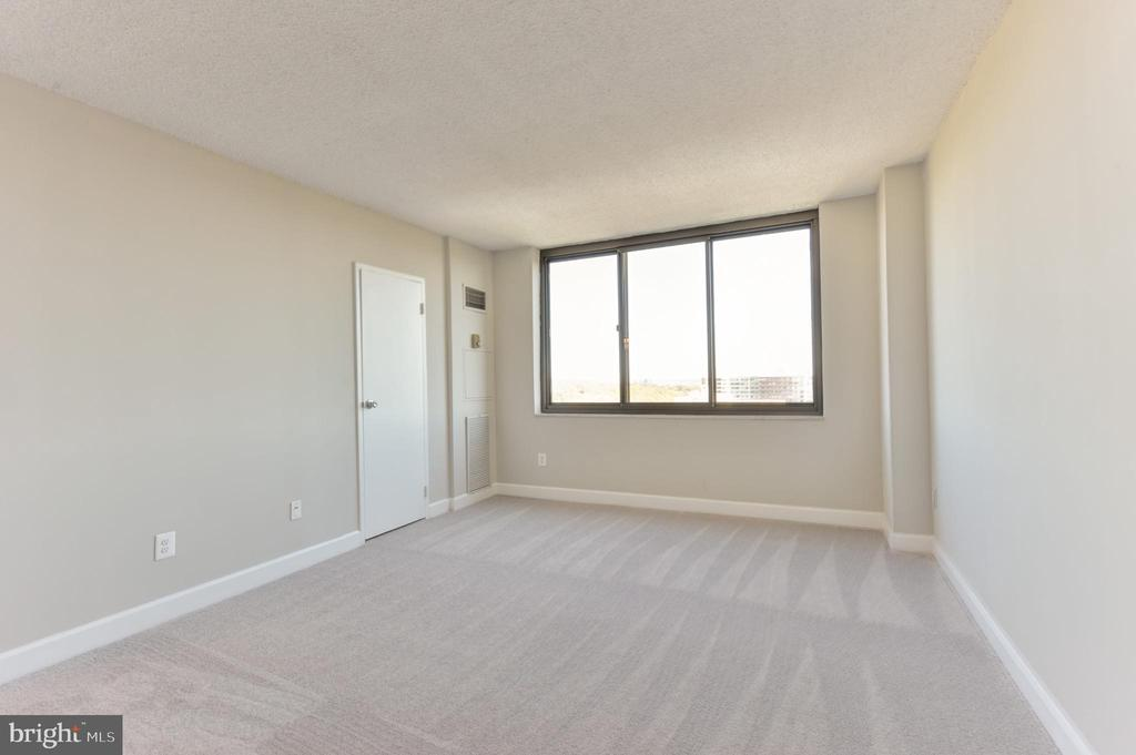 How many condos have a 19' by 12' master bedroom? - 5500 HOLMES RUN PKWY #1210, ALEXANDRIA