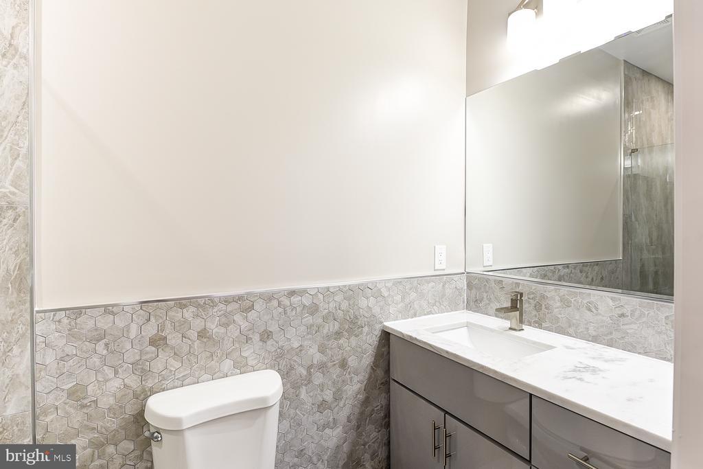 3rd Floor Full Bath off Den Area - 1167 MORSE ST NE #2, WASHINGTON