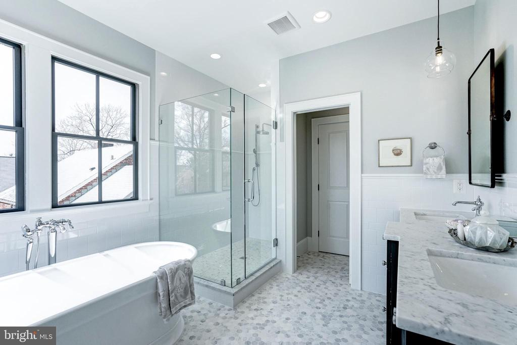 tile to the ceiling in  shower and a linen closet - 4856 33RD RD N, ARLINGTON