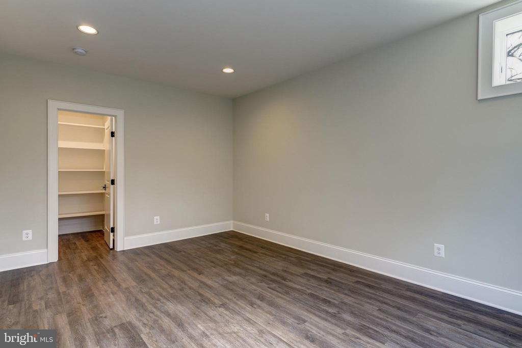 5th BR with walk in closet and good light - 4856 33RD RD N, ARLINGTON