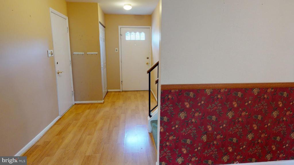 Hardwood flooring welcomes you! - 12803 SCRANTON CT, HERNDON