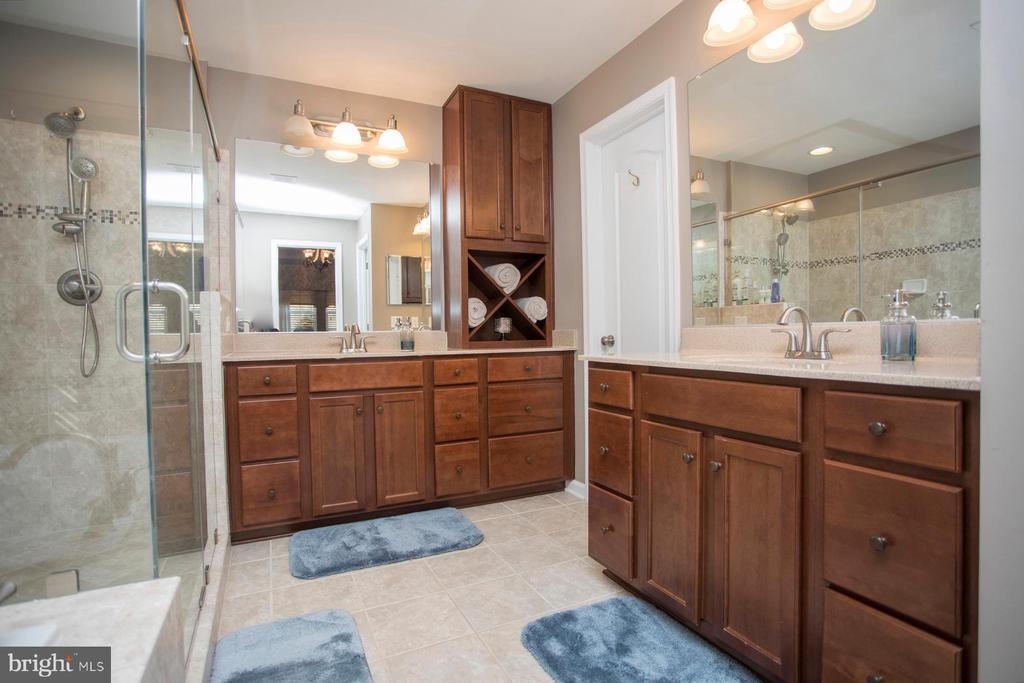 Master bath double vanities - 26 WAGONEERS LN, STAFFORD