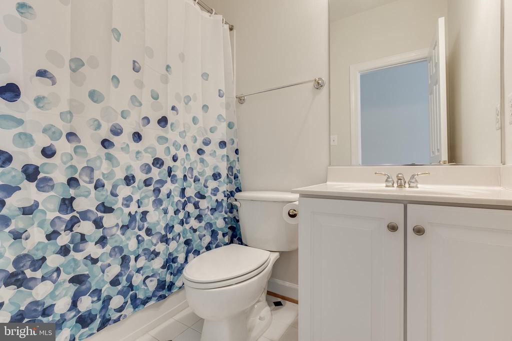 Private bath in upstairs master suite - 1210 MARSEILLE LN, WOODBRIDGE
