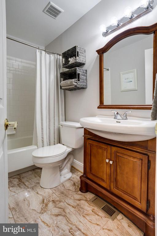 Beautiful hall full bath - 7506 SHIRLEY HUNTER WAY, ALEXANDRIA