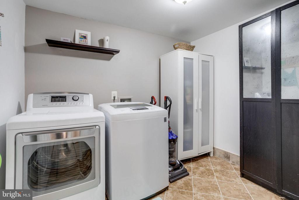 Separate laundry room w/ extra storage space - 7506 SHIRLEY HUNTER WAY, ALEXANDRIA