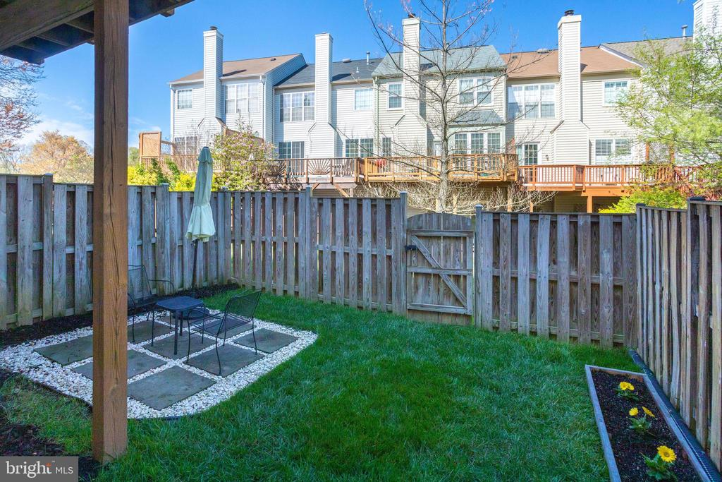 Fenced rear yard w/ patio and planter - 7506 SHIRLEY HUNTER WAY, ALEXANDRIA