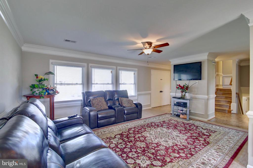 Spacious family room with natural light - 201 E AMHURST ST, STERLING