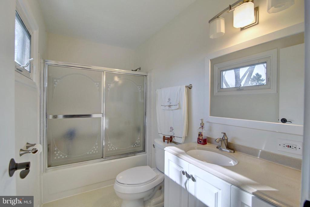 Master bathroom - 201 E AMHURST ST, STERLING