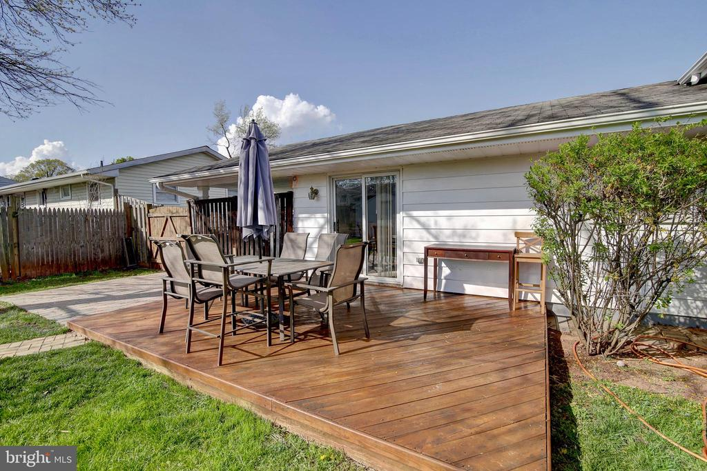 Great deck & stone patio for entertaining - 201 E AMHURST ST, STERLING