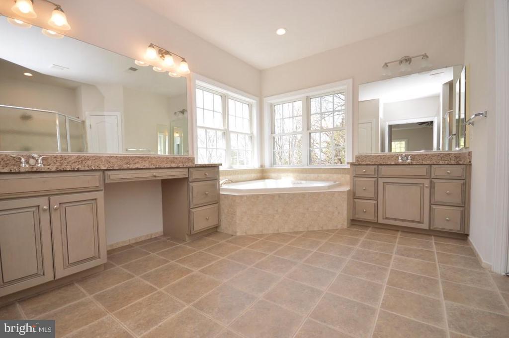 Master Bath w/Granite Vanities & Soaking Tub - 42764 RIDGEWAY DR, BROADLANDS