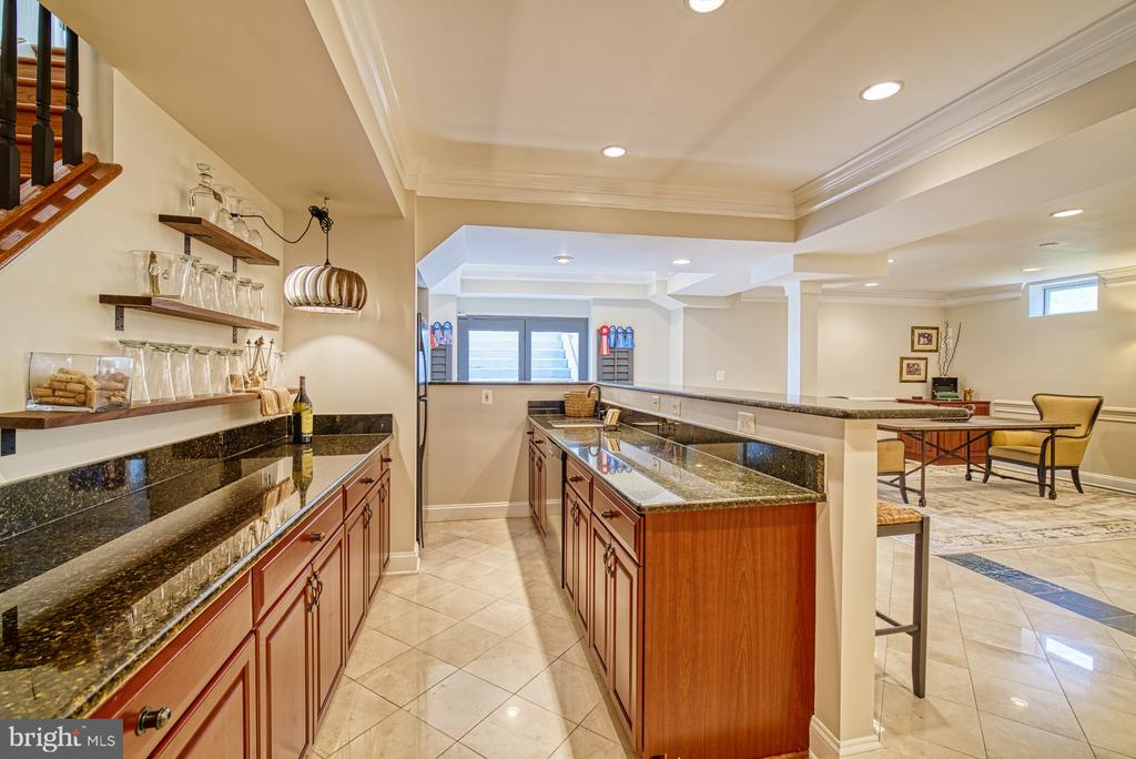 LOWER LEVEL FULL BAR W/ FRIDGE & DISHWASHER - 10896 HUNTER GATE WAY, RESTON
