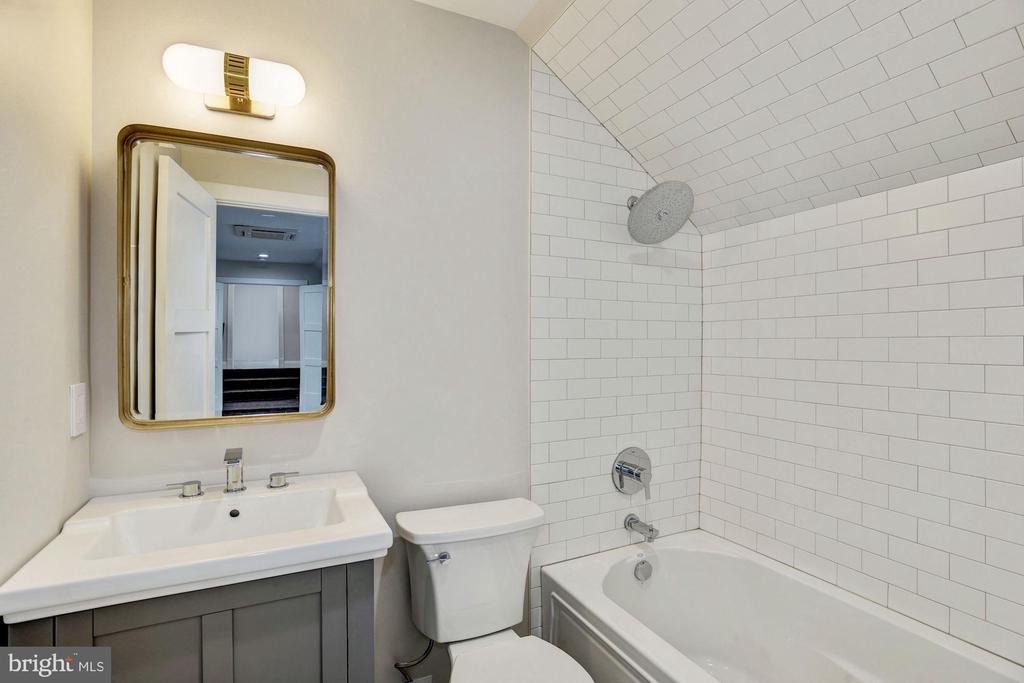 En suite bathroom #5 - 1916 RHODE ISLAND AVE, MCLEAN