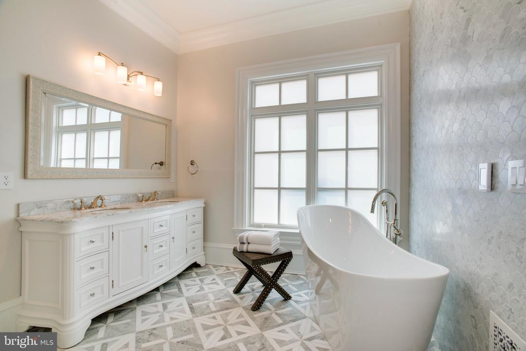 Main level master bathroom suite - 3301 FESSENDEN ST NW, WASHINGTON