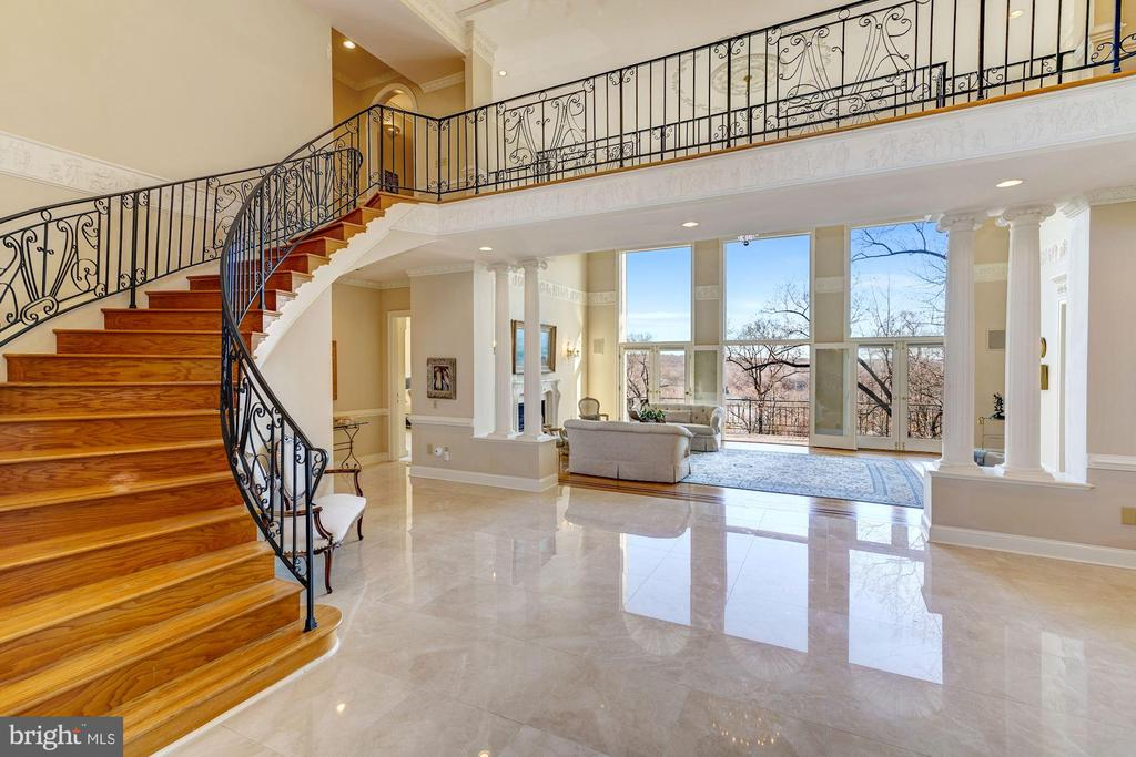Foyer / Main Staircase - 703 POTOMAC KNOLLS DR, MCLEAN