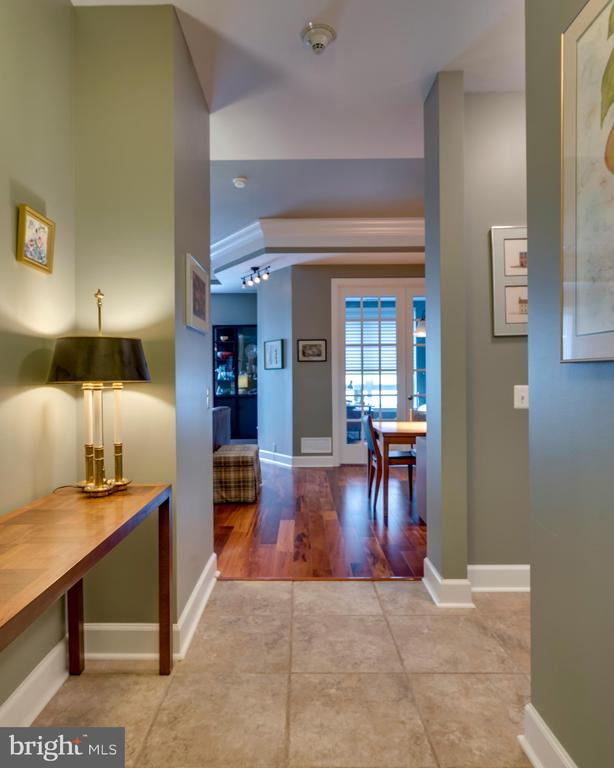 Entry foyer looking into Living Room - 1915 TOWNE CENTRE BLVD #410, ANNAPOLIS
